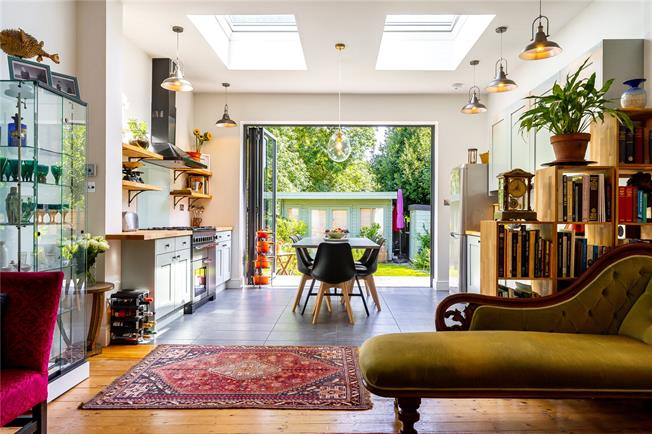 Asking Price £875,000, 3 Bedroom Flat For Sale in London, N10