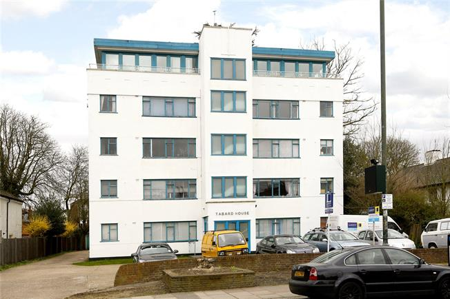 Guide Price £230,000, Flat For Sale in Hampton Wick, KT1