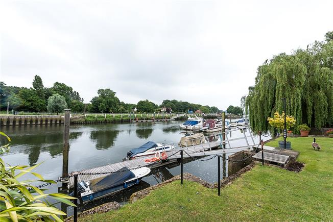 Guide Price £549,950, 2 Bedroom Flat For Sale in Teddington, TW11