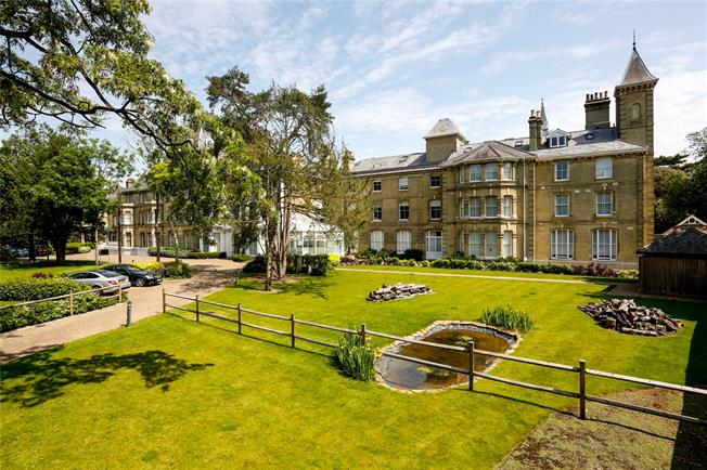 Guide Price £899,500, 3 Bedroom Flat For Sale in Teddington, TW11