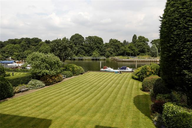 Guide Price £915,000, 2 Bedroom Flat For Sale in Teddington, TW11
