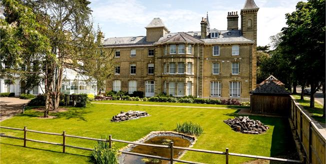 Guide Price £759,950, 2 Bedroom Flat For Sale in Teddington, TW11