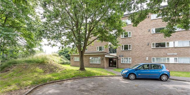 Guide Price £299,950, 2 Bedroom Flat For Sale in Hampton, TW13