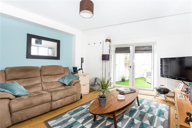 Guide Price £375,000, 1 Bedroom Flat For Sale in Hampton Wick, KT1