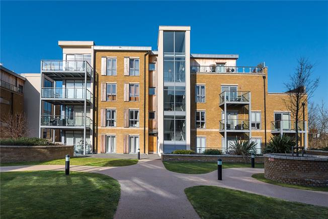 Asking Price £585,000, 2 Bedroom Flat For Sale in Teddington, TW11