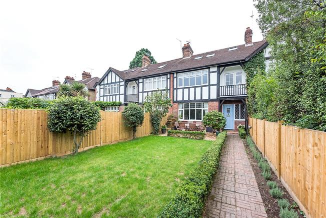 Guide Price £1,350,000, 5 Bedroom House For Sale in Teddington, TW11