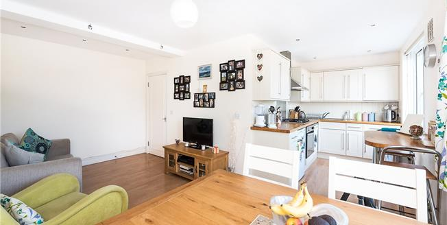 Guide Price £325,000, 1 Bedroom Flat For Sale in Twickenham, TW1