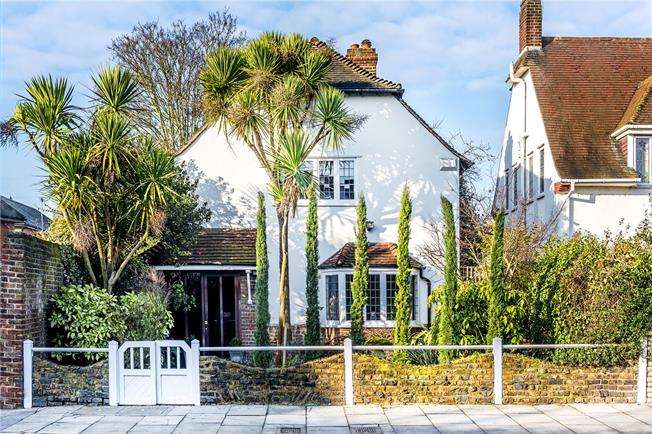 Guide Price £1,350,000, 4 Bedroom Detached House For Sale in Twickenham, TW1