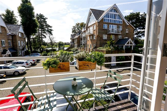 Guide Price £362,500, 1 Bedroom Flat For Sale in Hampton, TW12