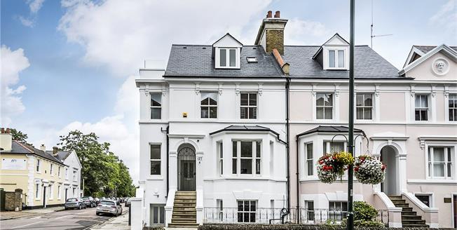 Guide Price £495,000, 2 Bedroom Flat For Sale in Teddington, TW11