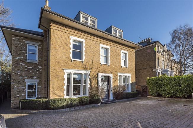 Guide Price £390,000, 1 Bedroom Flat For Sale in Teddington, TW11