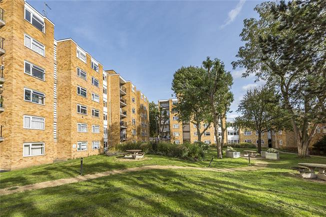 Guide Price £350,000, 2 Bedroom Flat For Sale in Teddington, TW11