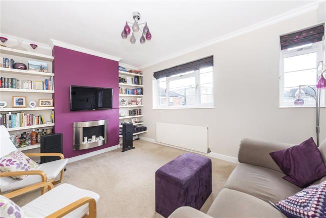 Guide Price £415,000, 2 Bedroom Flat For Sale in Teddington, TW11
