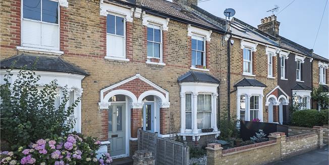 Guide Price £420,000, 2 Bedroom Flat For Sale in Teddington, TW11