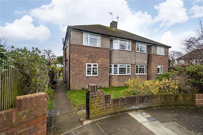 Guide Price £425,000, 2 Bedroom Flat For Sale in Teddington, TW11