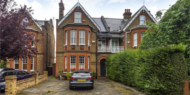 Guide Price £385,000, 1 Bedroom Flat For Sale in Teddington, TW11