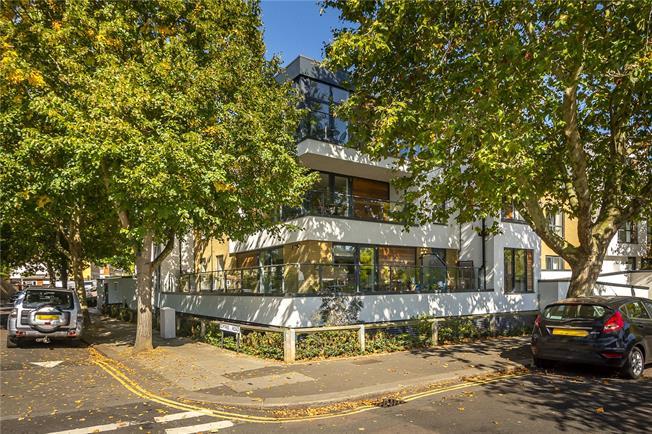 Guide Price £725,000, 2 Bedroom Flat For Sale in Teddington, TW11