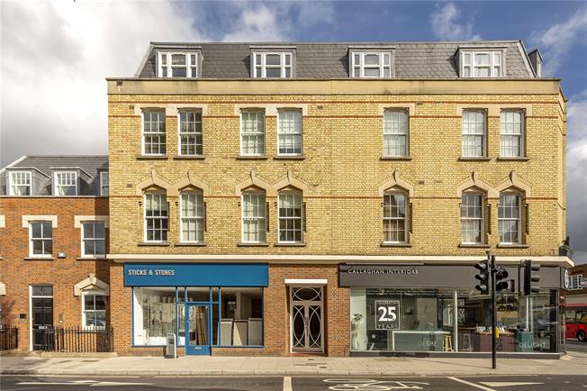 Guide Price £425,000, 2 Bedroom Flat For Sale in Hampton Hill, TW12