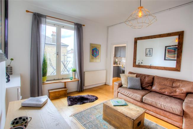 Offers in excess of £500,000, 2 Bedroom Flat For Sale in London, SW11