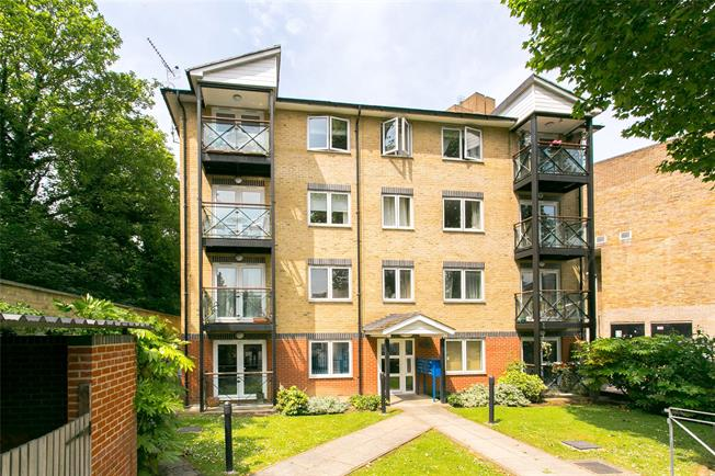 Offers in excess of £420,000, 1 Bedroom Flat For Sale in London, SW11