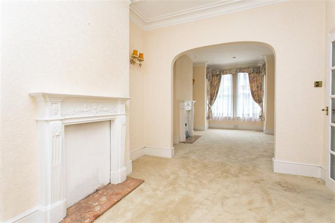 Asking Price £1,200,000, 4 Bedroom House For Sale in London, SW11