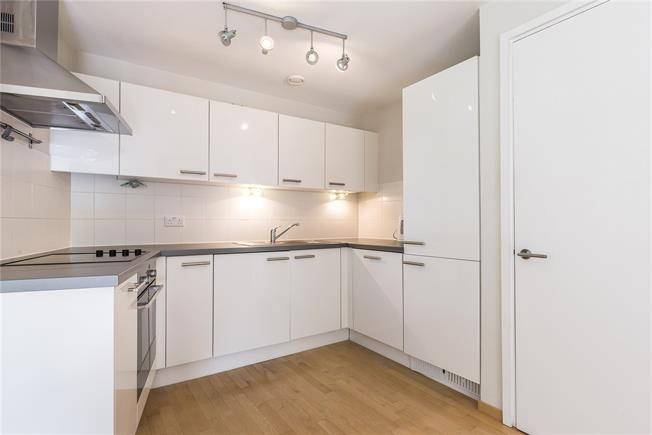 Asking Price £500,000, 2 Bedroom Flat For Sale in London, SW11