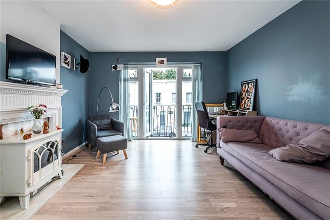 Guide Price £465,000, 2 Bedroom Flat For Sale in London, SW11