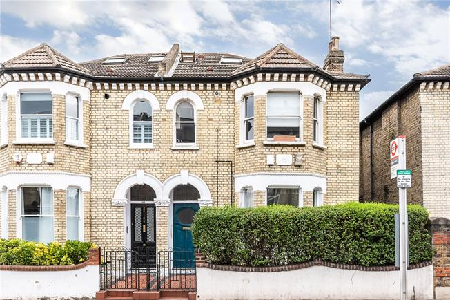 Asking Price £849,000, 2 Bedroom Flat For Sale in London, SW11