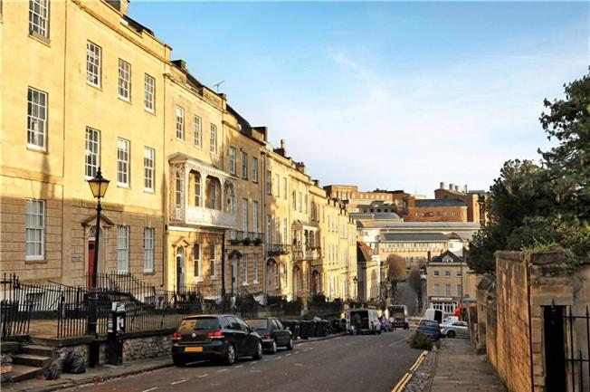 Guide Price £355,000, 2 Bedroom Flat For Sale in Bristol, BS1
