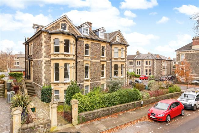 Guide Price £450,000, 2 Bedroom Flat For Sale in Bristol, BS6