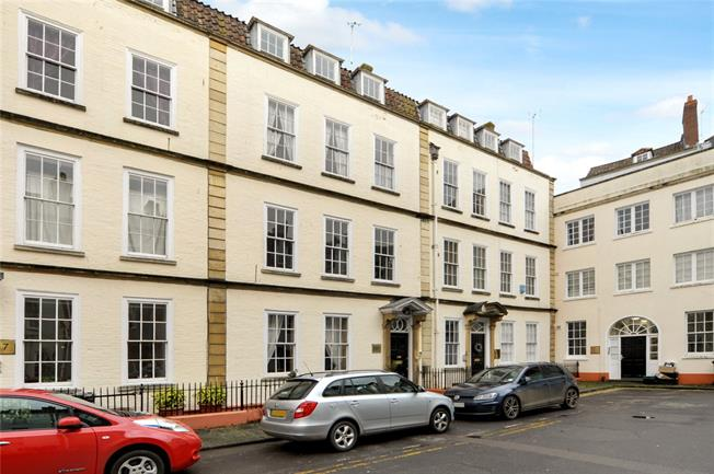 Guide Price £265,000, 2 Bedroom Flat For Sale in Bristol, BS1