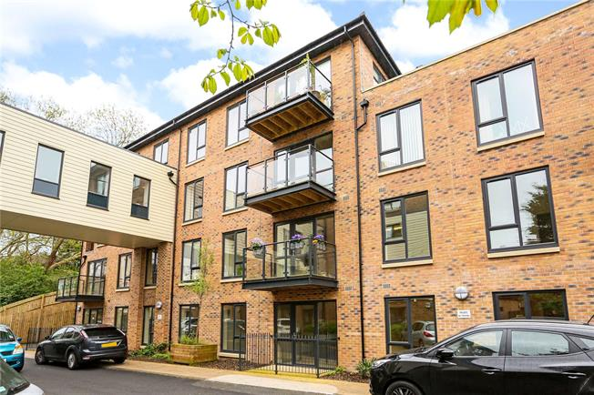 Guide Price £275,000, 2 Bedroom Flat For Sale in Fishponds, Bristol, BS16