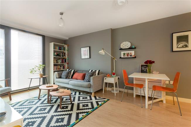 Guide Price £280,000, 2 Bedroom Flat For Sale in Bristol, BS1