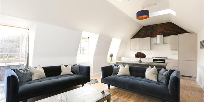 Guide Price £350,000, 2 Bedroom Flat For Sale in Bristol, BS1