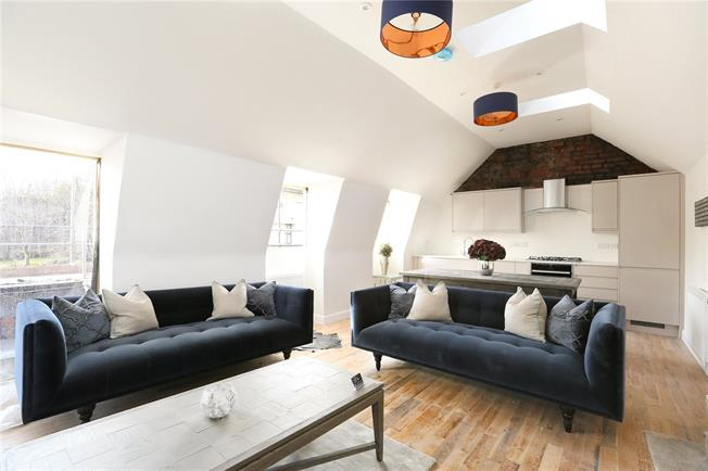 Guide Price £385,000, 2 Bedroom Flat For Sale in Bristol, BS1