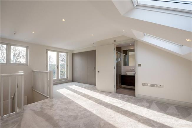 Asking Price £749,950, 2 Bedroom Flat For Sale in London, SW12