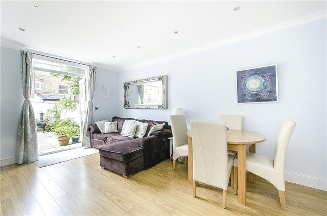 Asking Price £600,000, 2 Bedroom Flat For Sale in London, SW12