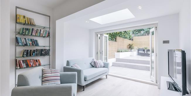 Asking Price £825,000, 2 Bedroom Flat For Sale in London, SW17