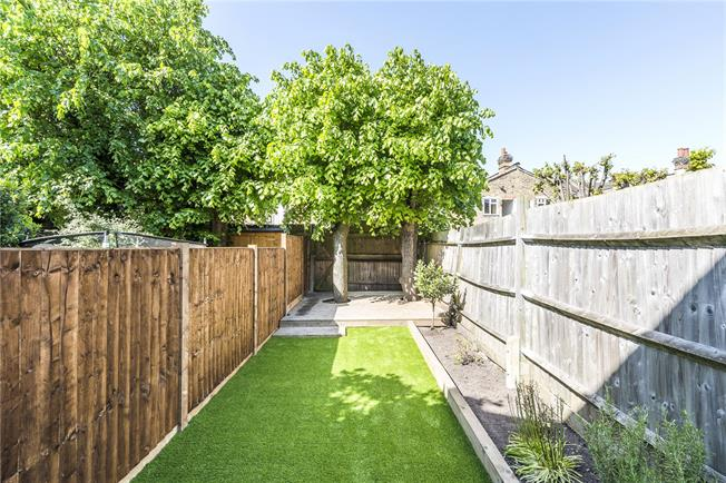 Asking Price £630,000, 2 Bedroom Flat For Sale in London, SW12