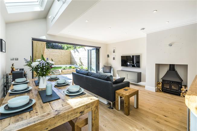Asking Price £700,000, 2 Bedroom Flat For Sale in London, SW12