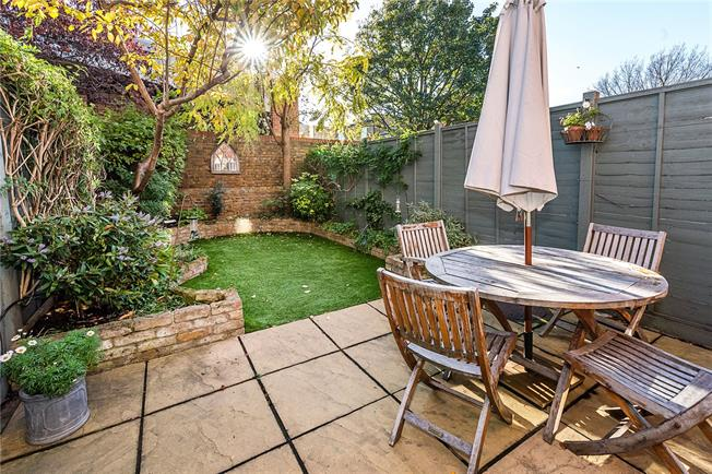 Asking Price £1,085,000, 4 Bedroom Mews House For Sale in London, SW12