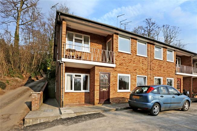 Guide Price £299,950, 2 Bedroom Flat For Sale in Amersham, HP7