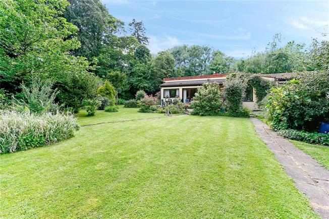 Guide Price £695,000, 3 Bedroom Bungalow For Sale in Chartridge, HP5