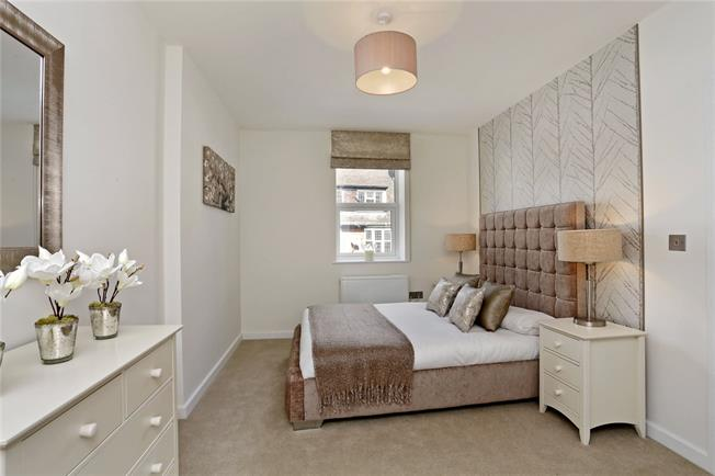 Guide Price £350,000, 2 Bedroom Flat For Sale in Buckinghamshire, HP6