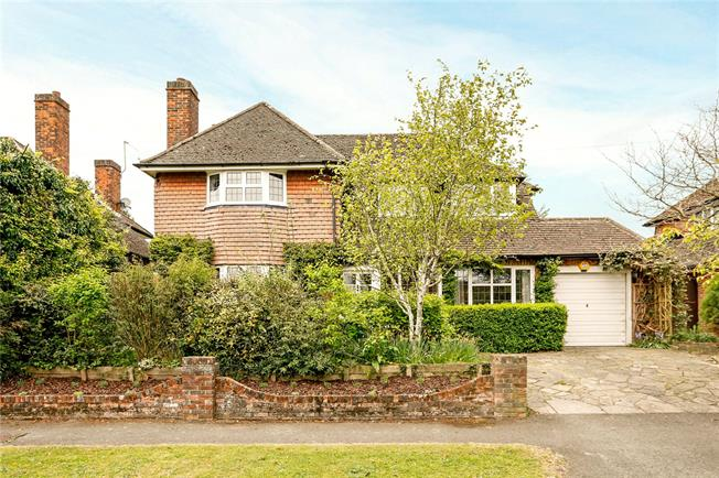 Guide Price £825,000, 4 Bedroom Detached House For Sale in Chesham, HP5