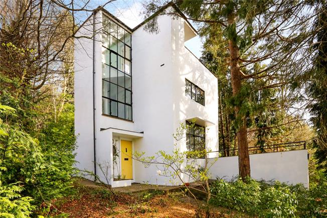 Guide Price £795,000, 3 Bedroom Detached House For Sale in Amersham, HP7