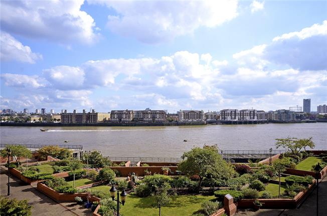 Asking Price £550,000, 2 Bedroom Flat For Sale in London, E1W