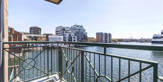 Guide Price £650,000, 2 Bedroom Flat For Sale in London, E14