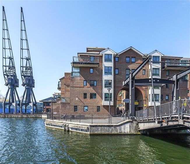 Guide Price £500,000, 2 Bedroom Flat For Sale in London, E14