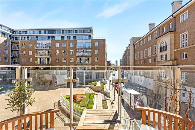 Asking Price £499,999, 2 Bedroom Flat For Sale in London, E14